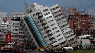 "alt=""Rescuers search tilted building in Taiwan as quake death toll hits 10"""