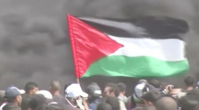 "alt=""Thousands of Palestinians protest at Gaza-Israel border, one dead"""