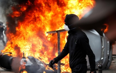 "alt=""Riot police, masked protesters clash at Paris May Day rally"""