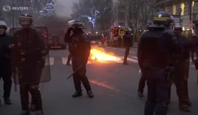 "alt=""Clashes erupt in Paris as 'yellow vests' protest at unrepentant Macron"""