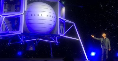 "alt=""Jeff Bezos unveils lunar lander to take astronauts to the moon by 2024"""